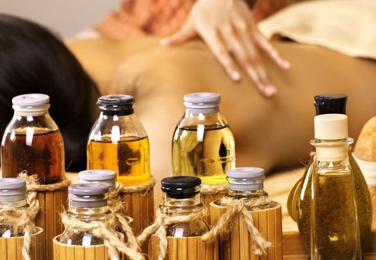בקבוקי שמן ליד גוף בזמן עיסוי