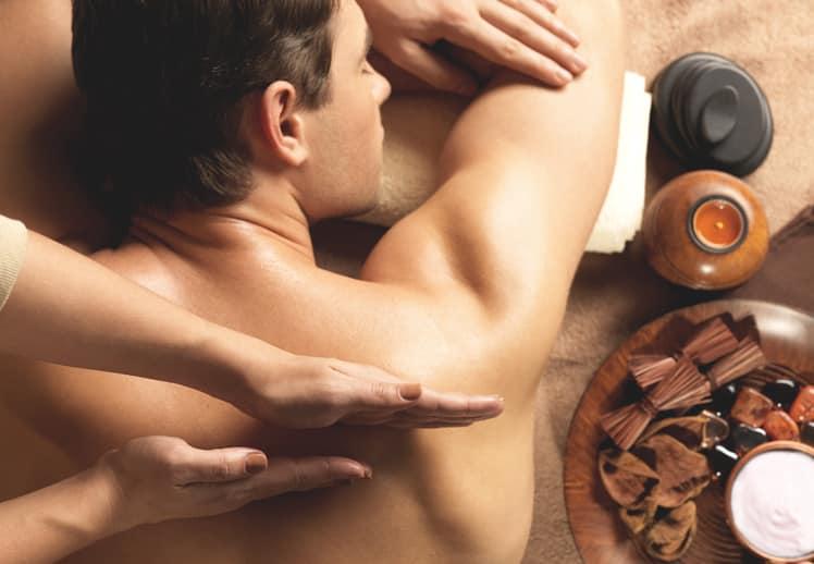 כפות ידיים מעסות גב גברי