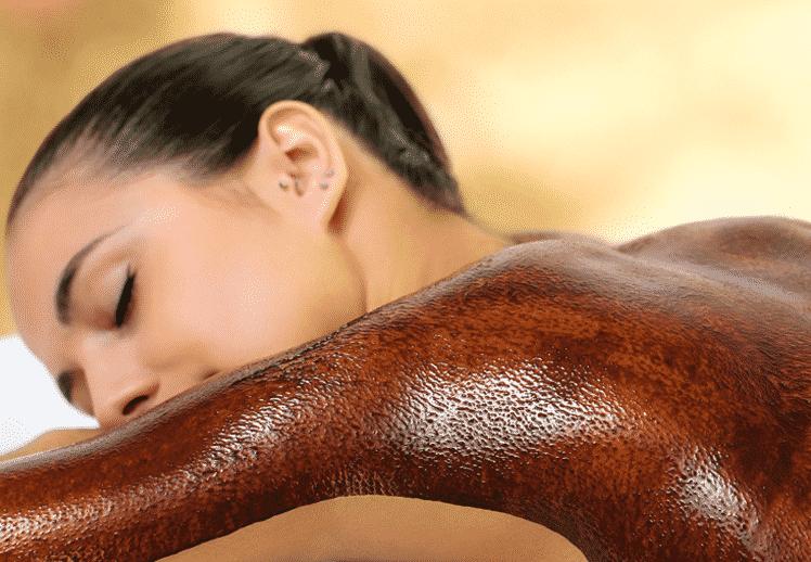 בחורה שוכבת מרוחה בשוקולד על הזרוע